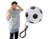Regenponcho in einem Kunststofffußball